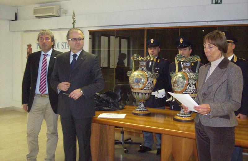 Le anfore riconsegnate dal questore Amalia Di Ruocco al vicepresidente Renato Rasicci e al presidente Valter Catarra