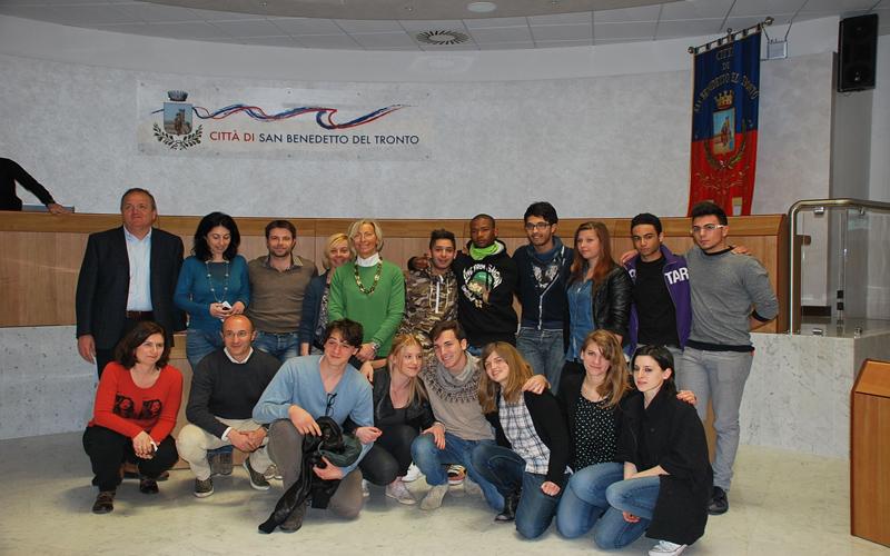 L'assessore Margherita Sorge con i vincitori del concorso