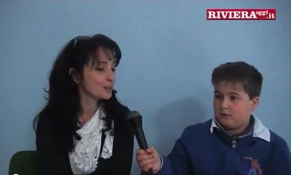 Uno studente della classe 5 C della scuola Speranza mentre intervista Francesca Feliziani, educatrice della ludoteca Stile Libero