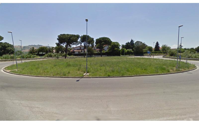 La rotatoria all'uscita del casello A14 Val Vibrata (foto Google)