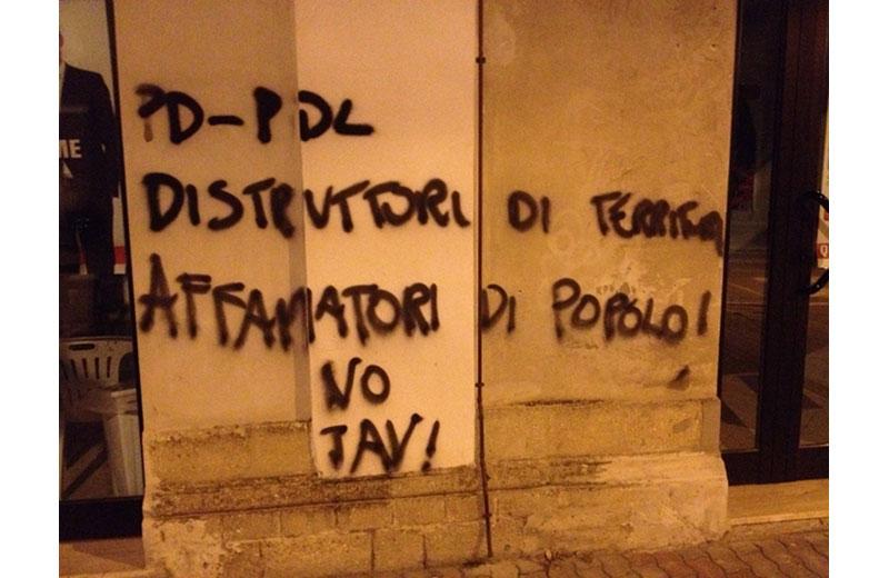 La scritta sul muro della sede del Pd in via Roma a Martinsicuro