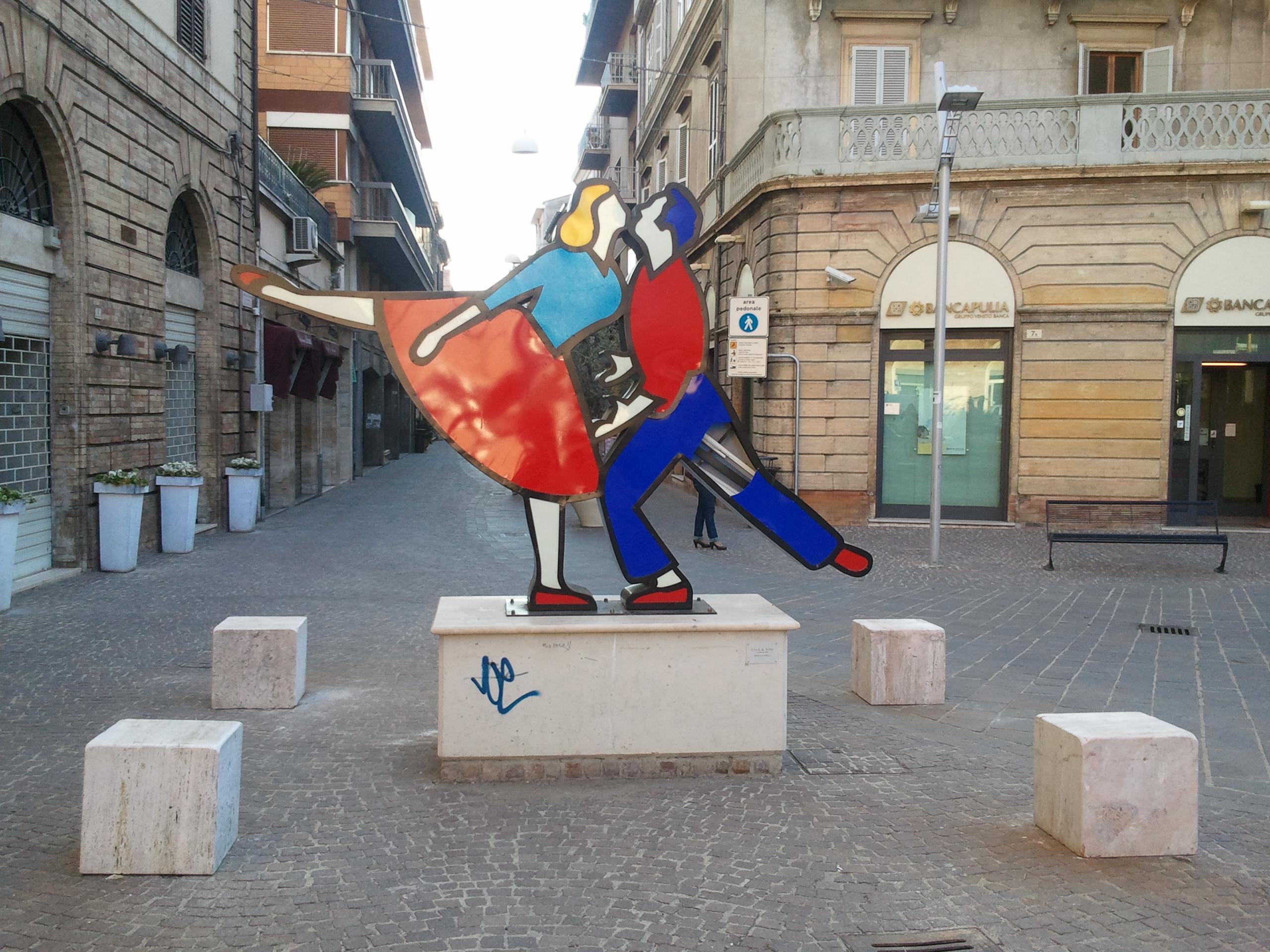I quattro blocchi in pietra posizionati per proteggere la statua da eventuali urti - foto del 28/03/2012