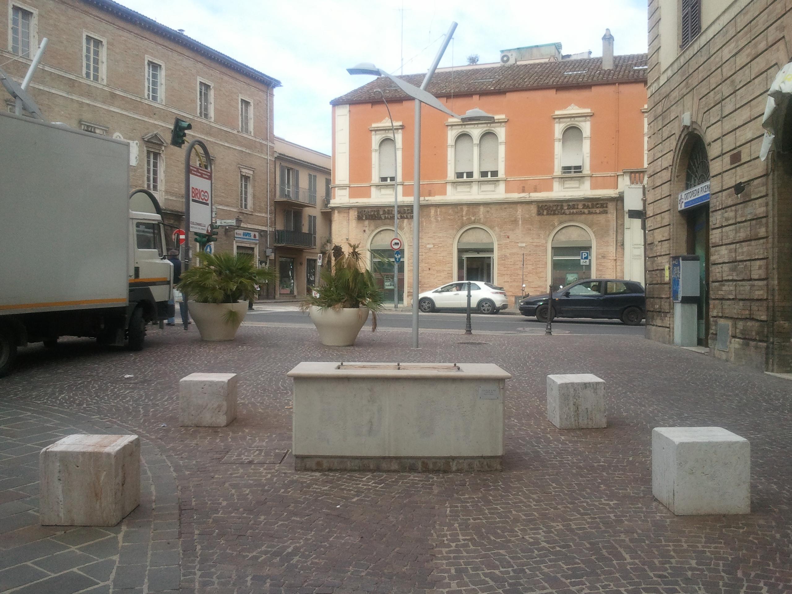 Il basamento privo della statua - foto del 22/05/2012