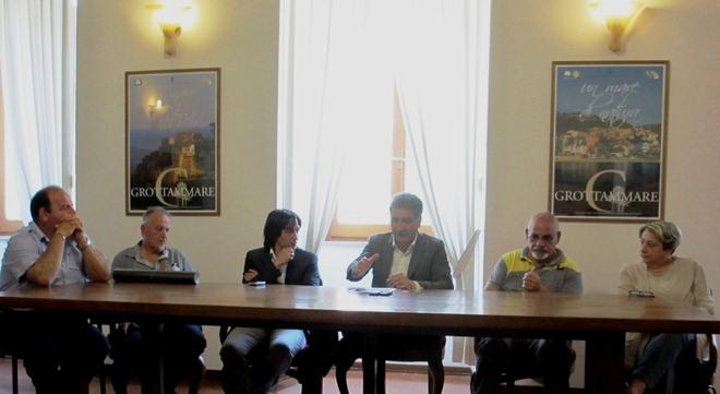 Conferenza Sacra 2012 Il sindaco Luigi Merli ed Enrico Piergallini insieme agli organizzatori  (4)