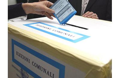 Un'urna durante le elezioni comunali 2012