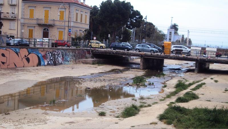 Il Torrente Albula -  foto scattata dalla cittadina Sambenedette che denuncia la situazione di degrado  2012