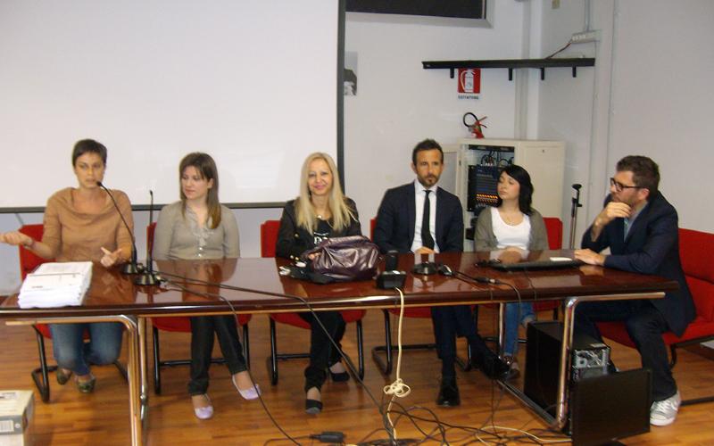 Itc, la dirigente Elisa Vita, al centro, con gli ex studenti premiati il 19 maggio 2012