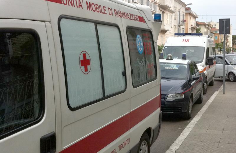 Le due autoambulanze in via Trento. La prima senza dottore a bordo, per cui è stato necessario chiamarne una seconda