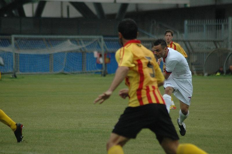 Napolano, un po' coperto, realizza il suo gol alla Recanatese (giammusso)