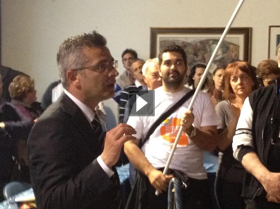 Paolo Camaioni festeggiato nella sala consiliare dai sostenitori di Città Attiva