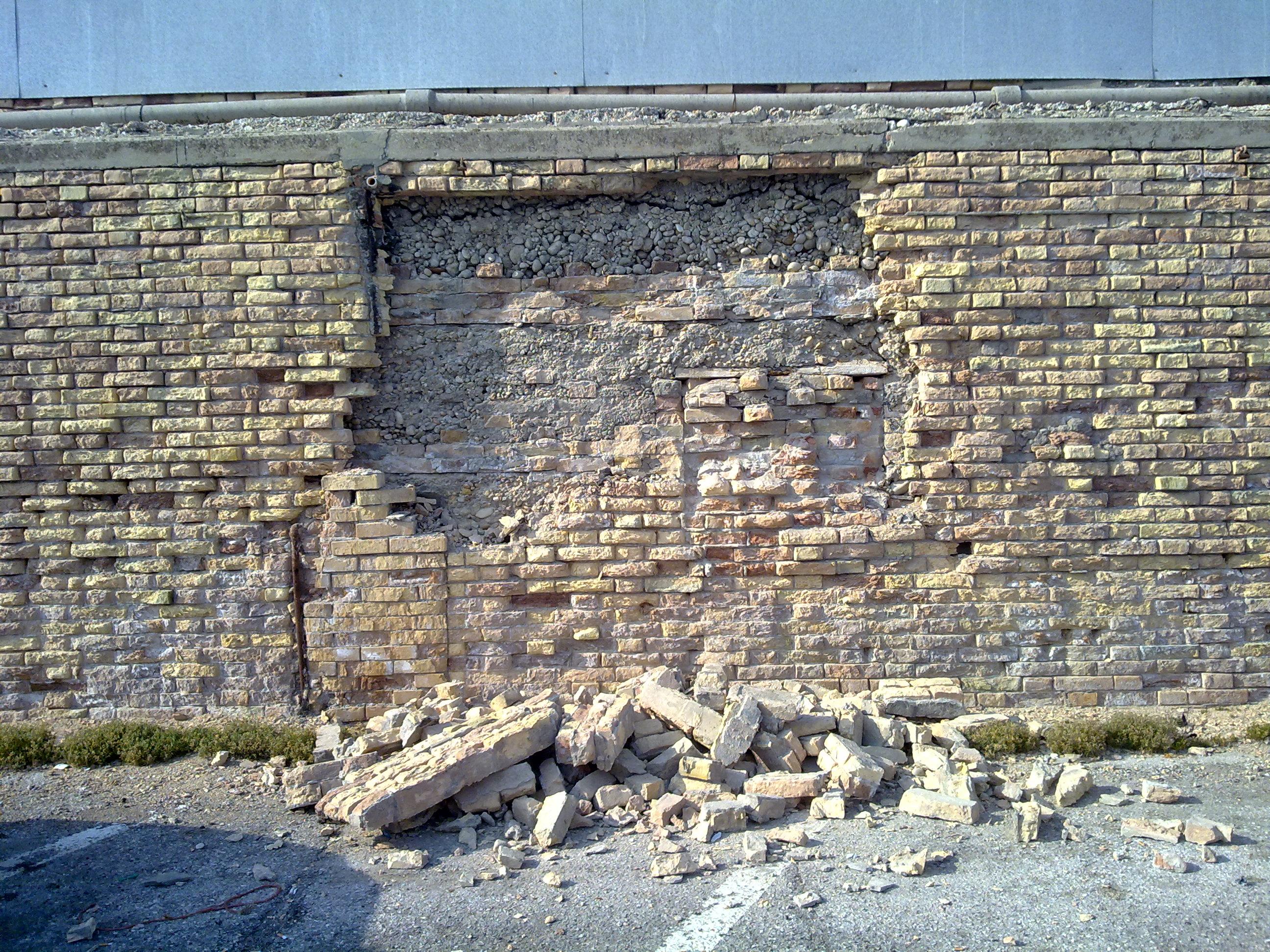 Demolizione del muro al Porto