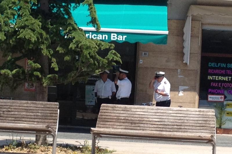 Vigili durante la notifica della sospensione della licenza