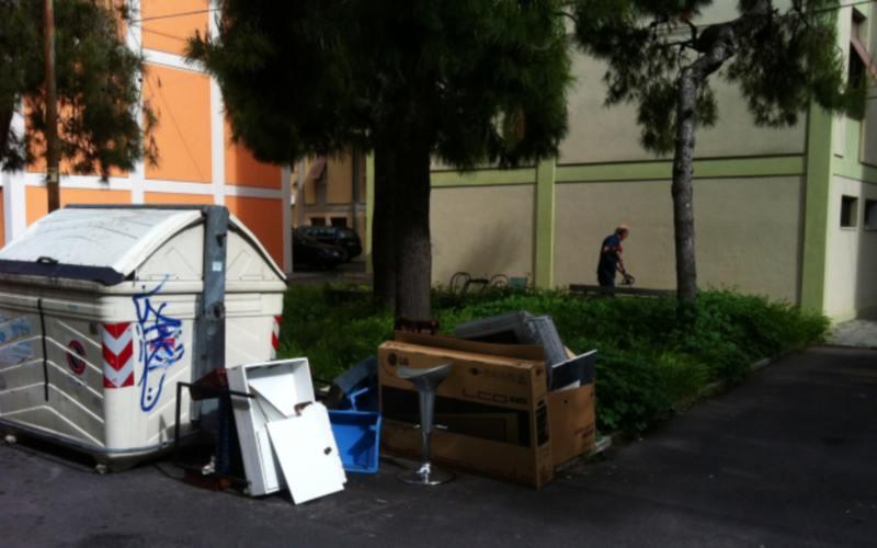 Via Luciani Immondizie lasciate vicino al parchetto