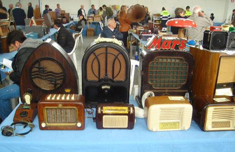 Una mostra di radio d'epoca