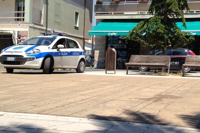 Vigili e Carabinieri durante la notifica della sospensione della licenza al Bar Caracas