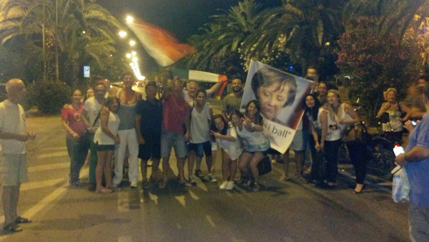 Tifosi in festa sul lungomare di San Benedetto dopo la vittoria sulla Germania ai campionati europei. C'è anche un po' di attualità politica in uno striscione