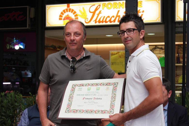 A destra Francesco Balestra ritira il premio