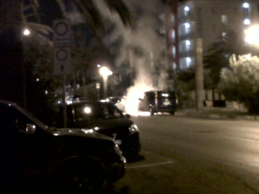 Auto che brucia sul Lungomare di Grottammare