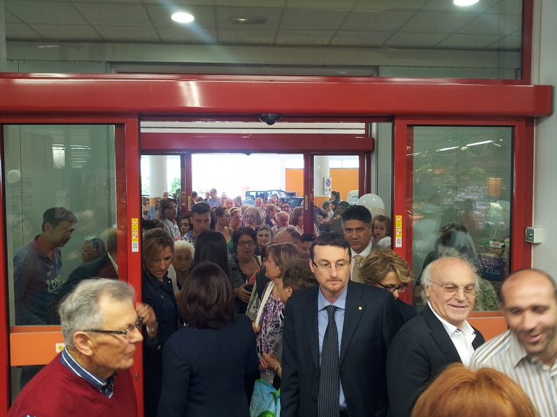Inaugurazione Conad, folla all'entrata