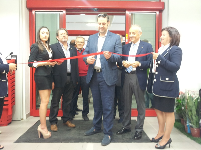 Inaugurazione Conad, il taglio del nastro dell'assessore Urbinati