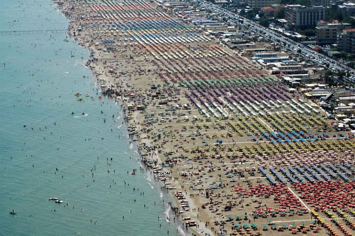 La spiaggia di Rimini: secondo Di Cori Modigliani un accordo tra Monti e gruppi finanziari inglesi immetterebbe grandi capitali per una trasformazione del turismo familiare di tutto l'Adriatico
