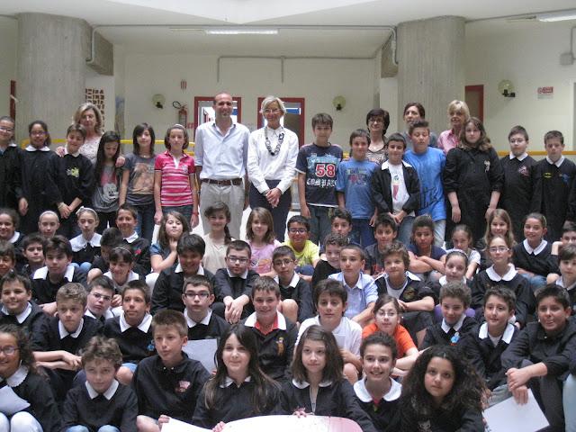 Alunni e docenti della scuola primaria Piacentini con gli assessori Canducci e Sorge