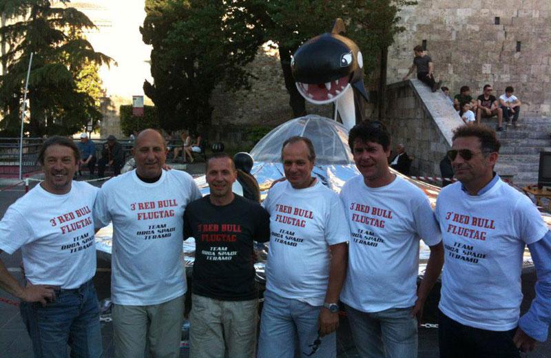 Patrizio Sciroli (al centro) con la squadra del Red Bull Flugtag
