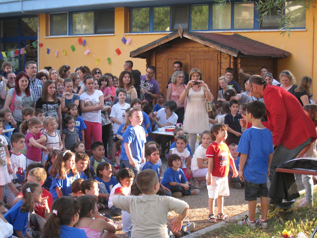 Un momento della festa alla scuola di via Togliatti