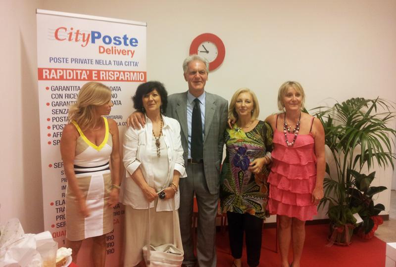 Il locale è stato inaugurato sabato 28 luglio in presenza del presidente della Provincia, Celani, nella foto insieme alle quattro titolari dell'ufficio postale