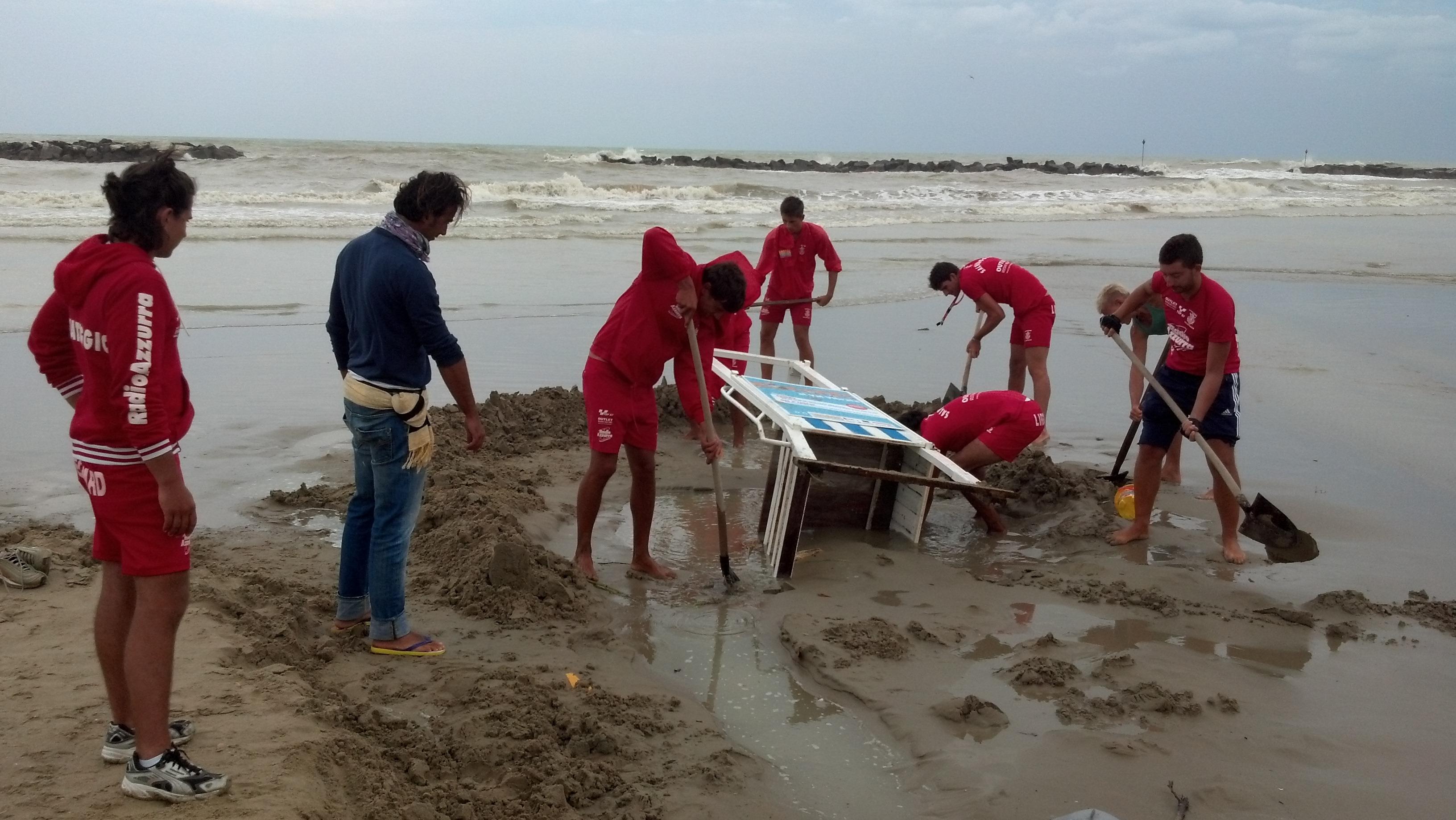 Bagnini di San Benedetto al lavoro per una torretta di guardia caduta a causa del maltempo