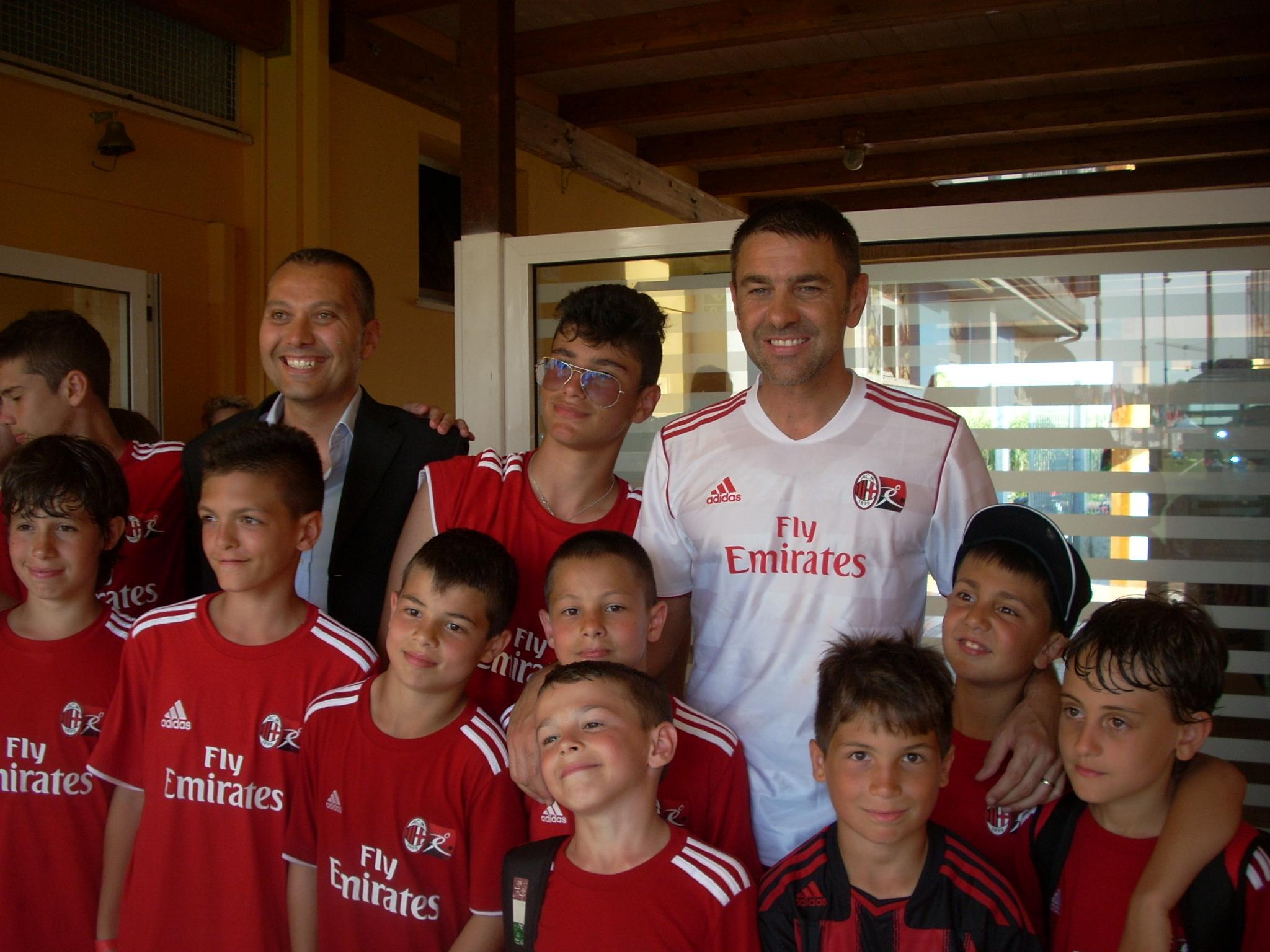Costacurta e Curzi con i bambini del Milan Camp