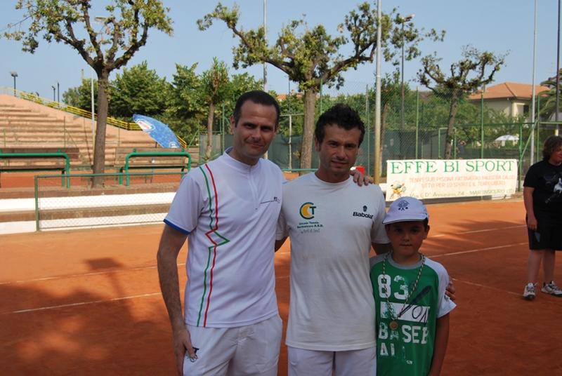 Da sinistra il presidente del Circolo Tennis Alduino Tommolini, il maestro Fabio Celestini e un suo piccolo allievo