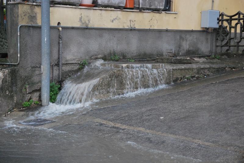 L'acqua che fuoriesce dai muri nei pressi del sottopasso di via Roma