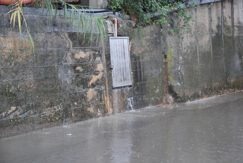 acqua che sgorga dai muri nei pressi del sottopasso di via Roma