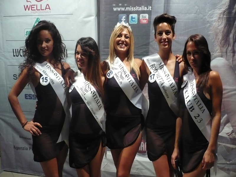 Il gruppo delle premiate con la vincitrice Alessia Melograni (al centro)