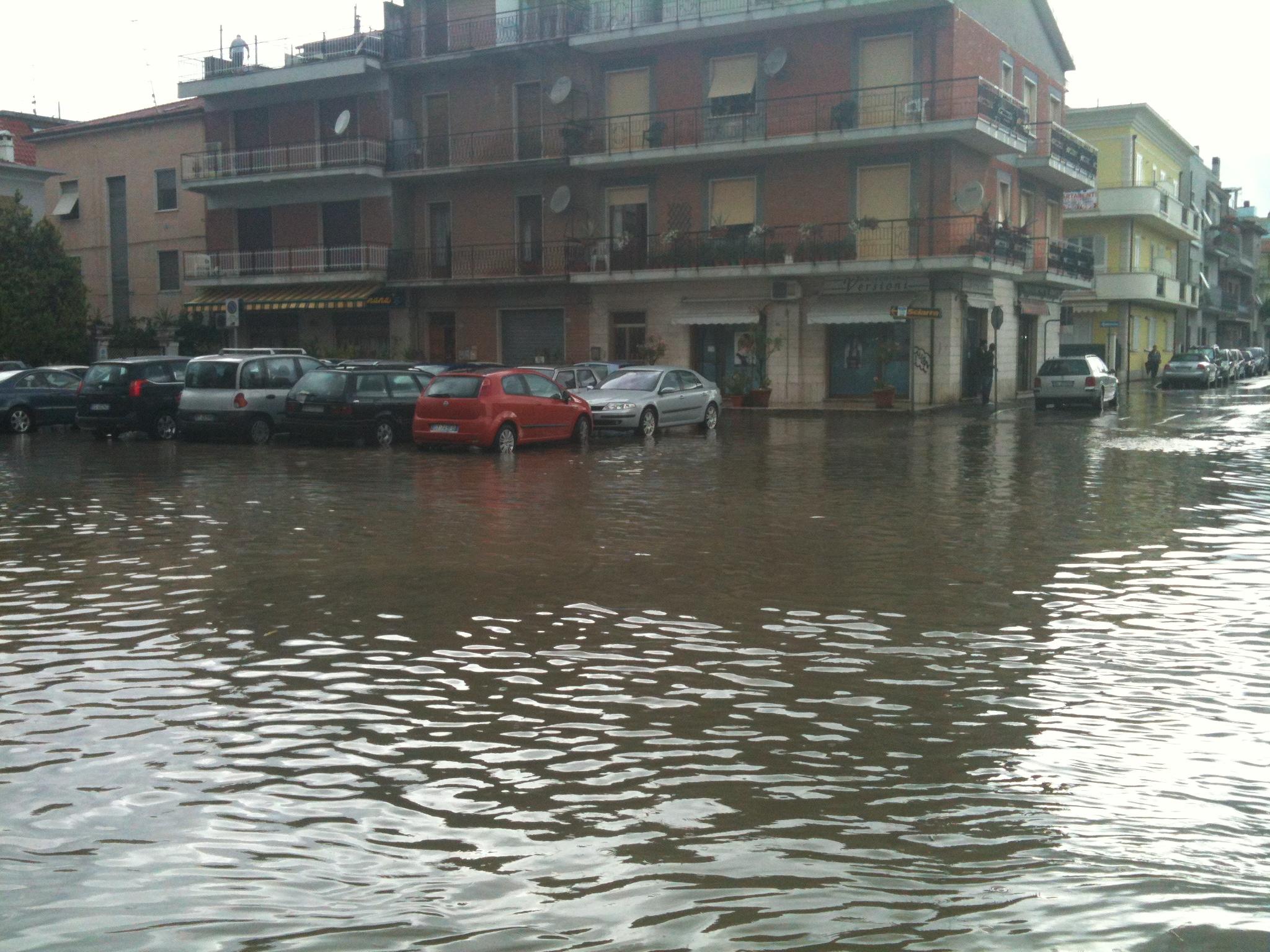 Incrocio via Marsala - via Manzoni allagato