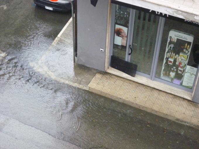 Via Montebello allagata, 22 luglio (foto di Rosita Spinozzi)