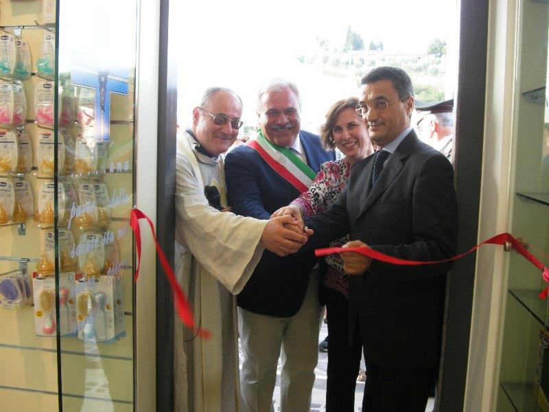 Nuova farmacia comunale cupra marittima, da sinistra: il parroco don luigino scarponi, il sindaco d'annibali, la dottoressa michetti il dottor mestichelli