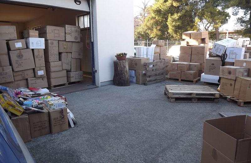 Il deposito con gli articoli contraffatti sequestrati