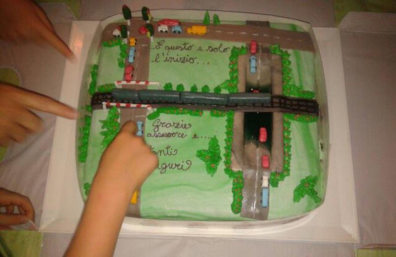 La torta con il sottopasso allagato di via Roma e il passaggio a livello di via Colombo chiuso