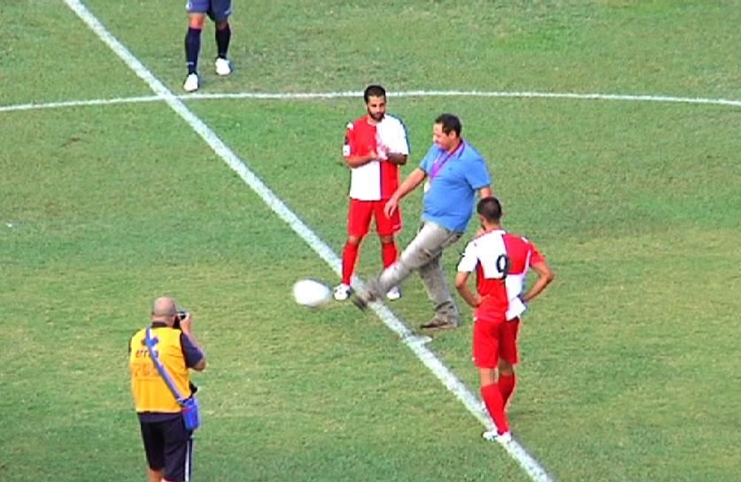 Calcio d'inizio dato da Massimo Fabbrizi, medaglia d'argento alla fossa olimpica