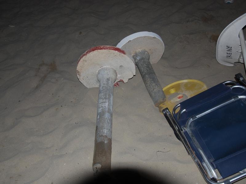 Tavoli in cemento abusivi rimossi dall'arenile
