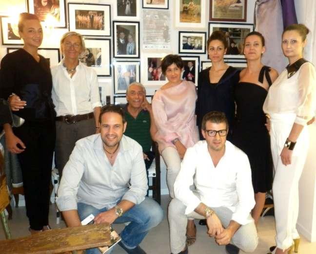 L'onorevole Antonio Giudi con Margherita Sorge, Fabio Urbinati, lo stilista  e alcune modelle