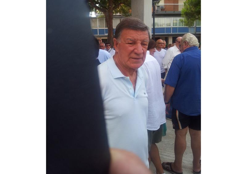 Paolo Beni fuori la chiesa subito dopo la cerimonia funebre