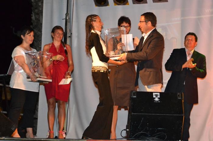 Sandra_Cattaneo_ritira_il_premio della terza edizione della rassegna teatrale