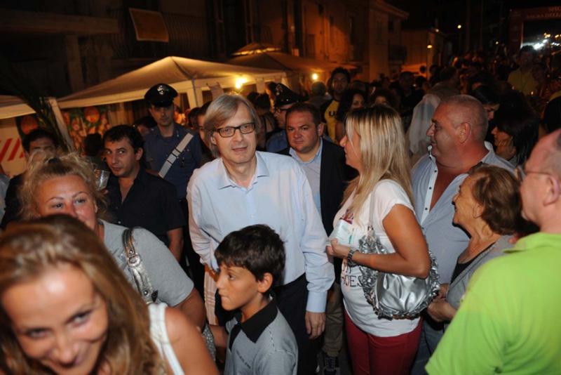 Tutti guardano Sgarbi durante una visita a Tropea (da Tropea edintorni.it)