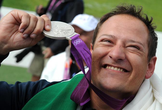 Fabbrizi con il suo argento (foto da Corriere.it)