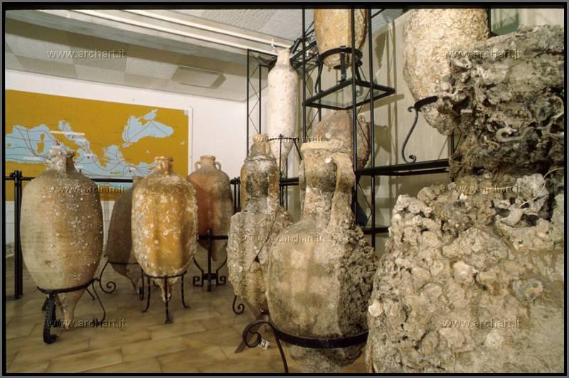 Alcune delle anfore donate dal dottor Perotti al Comune di San Benedetto