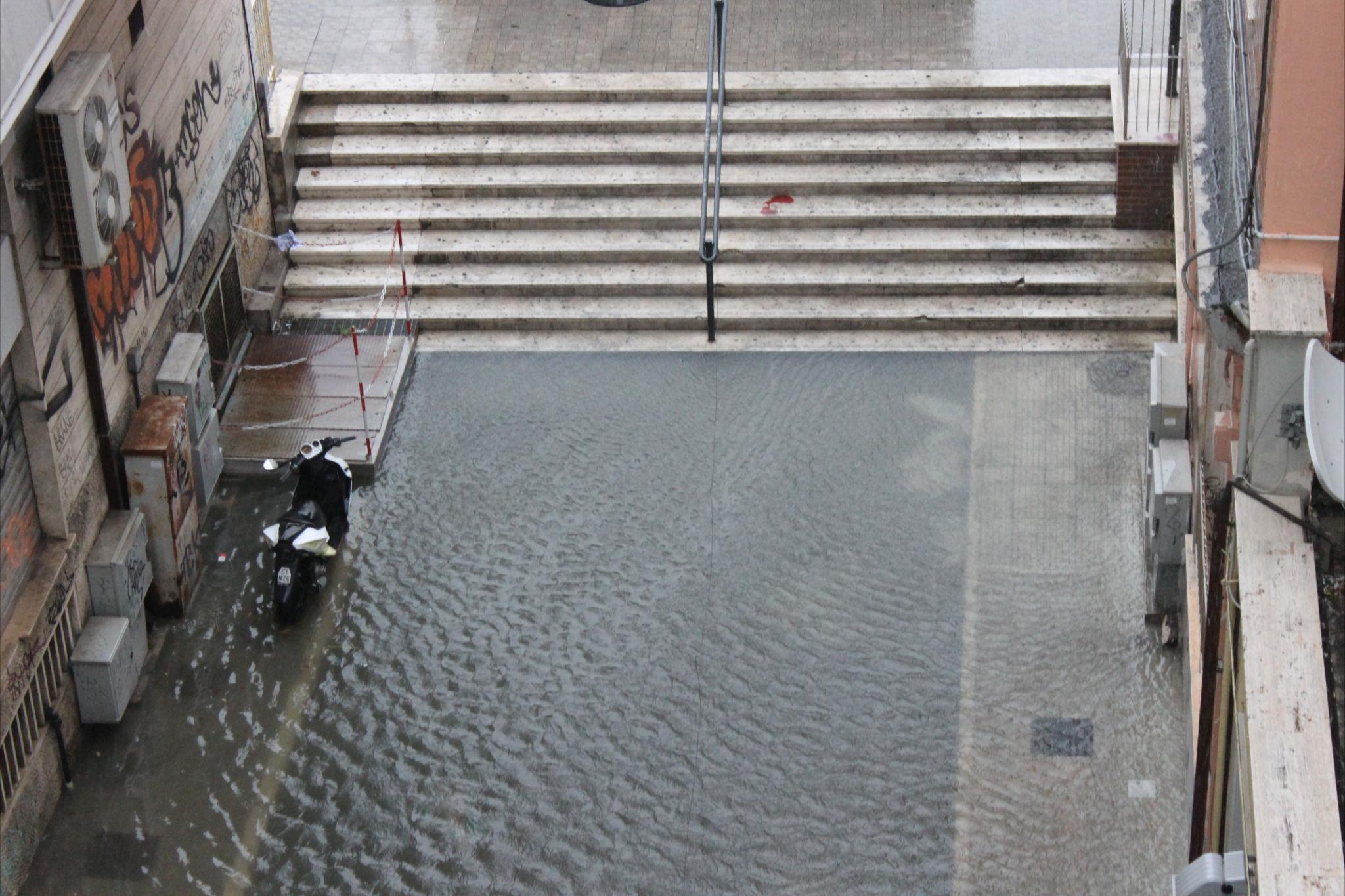 Acqua e allagamenti tra via Calatafimi e la Stazione (Elisa Girormello)