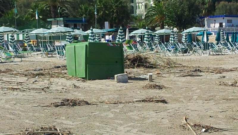 Detriti in spiaggia dopo l'alluvione del 14 settembre (1)